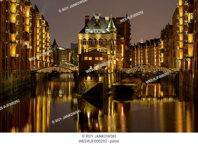 Germany, Hamburg, Wandrahmsfleet at old warehouse district at night