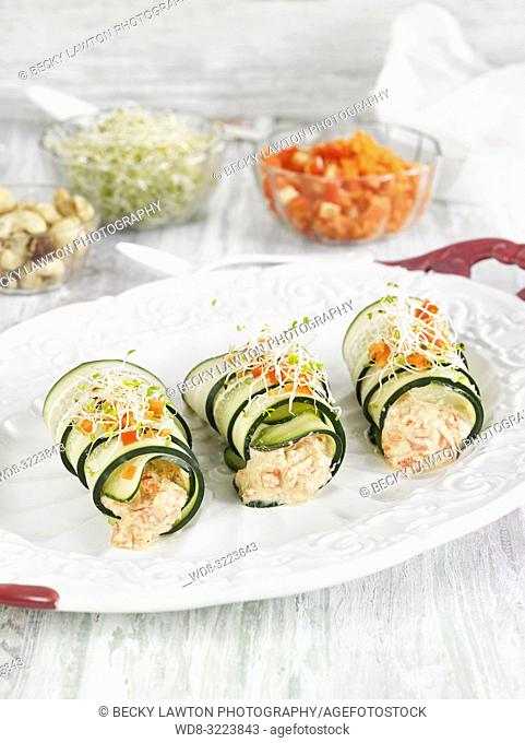 rollitos de calabacin rellenos de verduras / zucchini rolls stuffed with vegetables