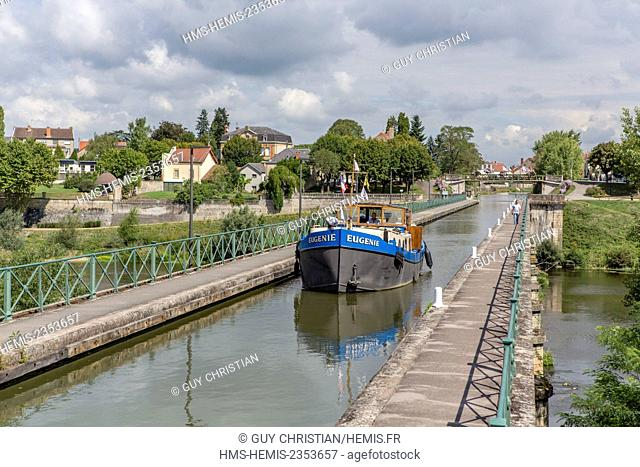 France, Saone et Loire, Digoin, river boat on the channel bridge over the Loire river