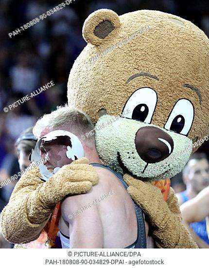 08.08.2018, Berlin: Athletics, European Championships in the Olympic Stadium: Decathlon, 1500 m, Men, Arthur Abele from Germany celebrates gold with mascot...