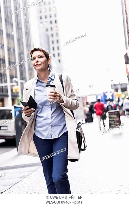 USA, New York City, businesswoman in Manhattan on the go