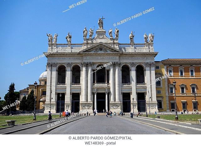 Archbasilica of St. John Lateran, Landmark cathedral, the Pope 39, s official seat, With ornate 1700s facade and statues of the Apostles
