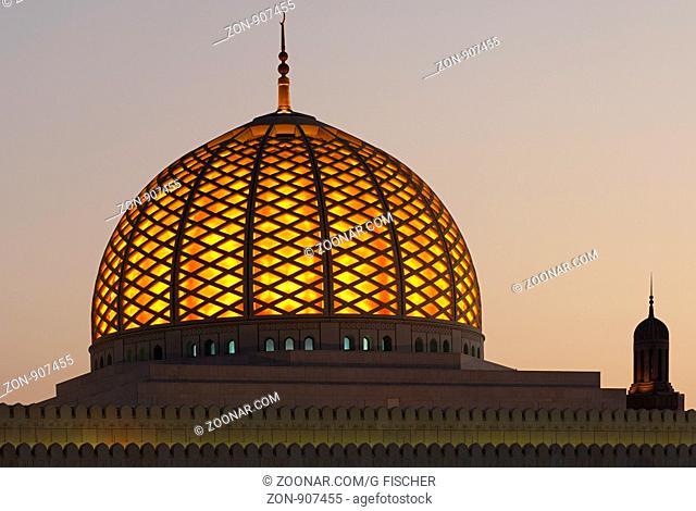 Erleuchtete Kuppel der Sultan Qaboos Moschee, Muscat, Sultanat Oman / Illuminated dome of the Sultan Qaboos Grand Mosque, Muscat, Sultanate of Oman