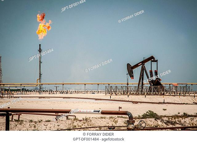 GAS FLARES AND OIL WELL IN OPERATION IN AN OIL FIELD IN THE BAHRAIN DESERT, OIL DEPOSIT, PETROLEUM BUSINESS, KINGDOM OF BAHRAIN, PERSIAN GULF, MIDDLE EAST