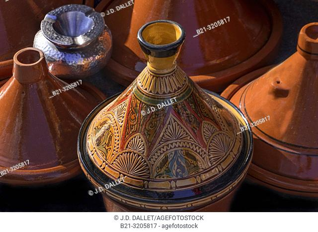 """Morocco, Handicraft: ceramic """"""""Tagine"""""""" cooking plates and a silver ashtray"""