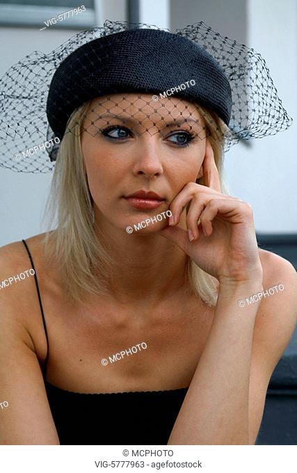 Junge gestylte Frau mit Hut und schwarzem Kleid, 2005 - Hamburg, Germany, 14/06/2005