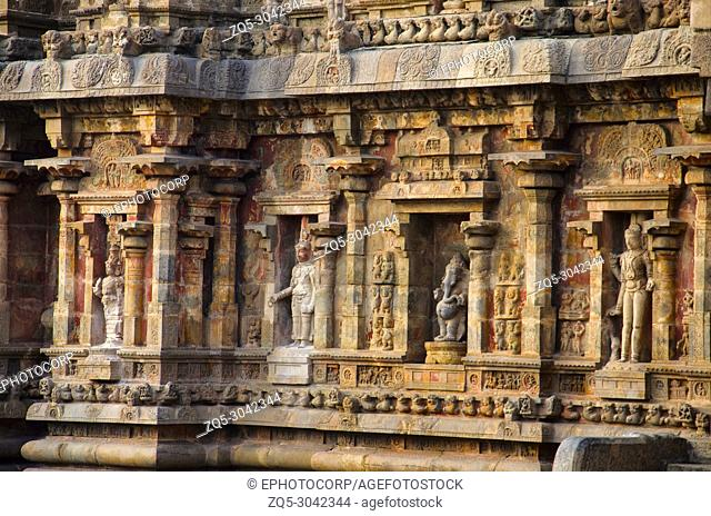 Carved idols on the outer wall of Airavatesvara Temple, Darasuram, near Kumbakonam, Tamil Nadu, India. Hindu Shiva temple of Tamil architecture