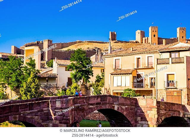 Old bridge over the Gallo river, 13th century, in the background the Medieval alcazar of Molina de Aragón. Guadalajara, Castilla La Mancha, Spain, Europe