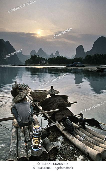 China, Guangxi, Yangshuo, Li Jiang, bamboo-boats, Kormoranfischer, Kormorane, Phalacrocorax carbo, sunset, Asia, Eastern Asia, Li river, waters, shores, man