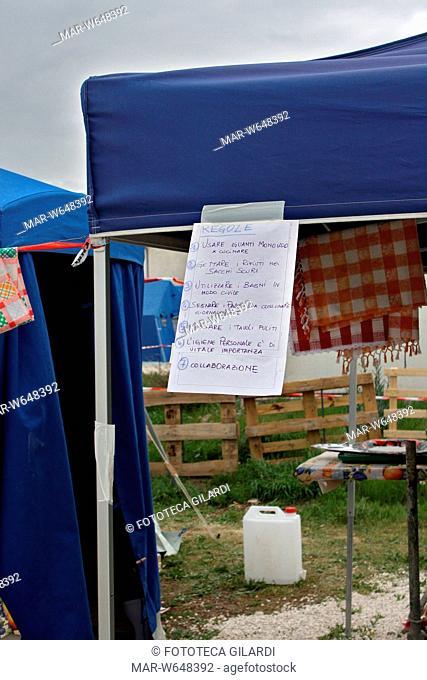 TERREMOTO del 6 aprile 2009 e successivi: regole igieniche da rispettare appuntate ad una tenda del campo San Biagio di Tempera, un paesino vicino L'Aquila