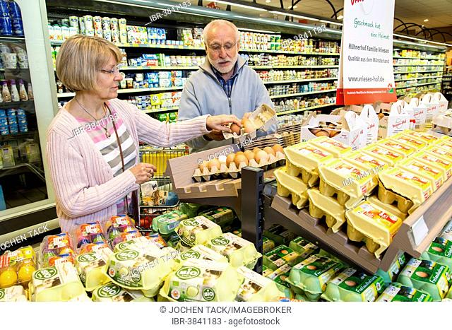 Senior couple shopping in a supermarket, Germany