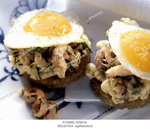 Shrimp roll with fried egg (2)