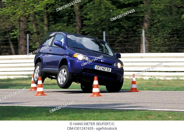 Car, Honda HR-V, Limousine, cross country vehicle, model year 1999-, dark blue, test track, frontal view, diagonal from the front, Pilonen