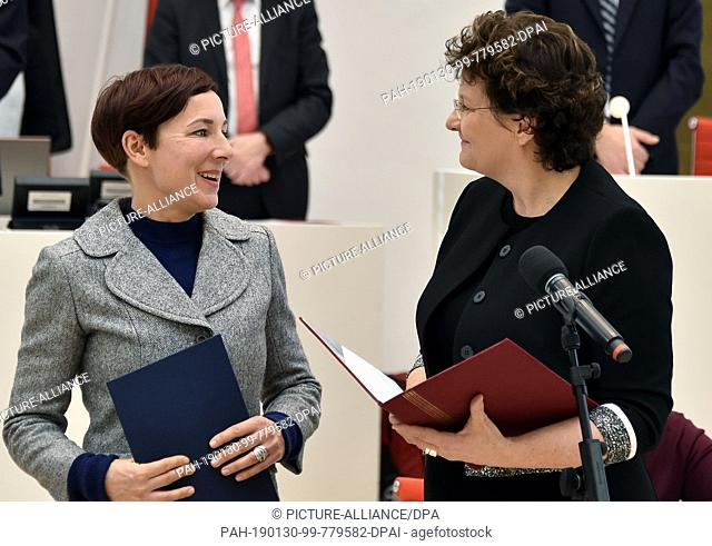 30 January 2019, Brandenburg, Potsdam: At the beginning of the parliamentary session, Britta Stark (SPD, right) appoints Juli Zeh as constitutional judge