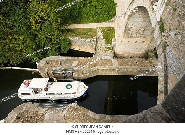 France, Lot, Cahors, Boat ride in the Lot Valley, passing the lock Pe nichette Bridge Valentre