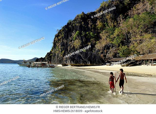 Philippines, Calamian Islands in northern Palawan, Coron Island Natural Biotic Area, kids on Banul Beach