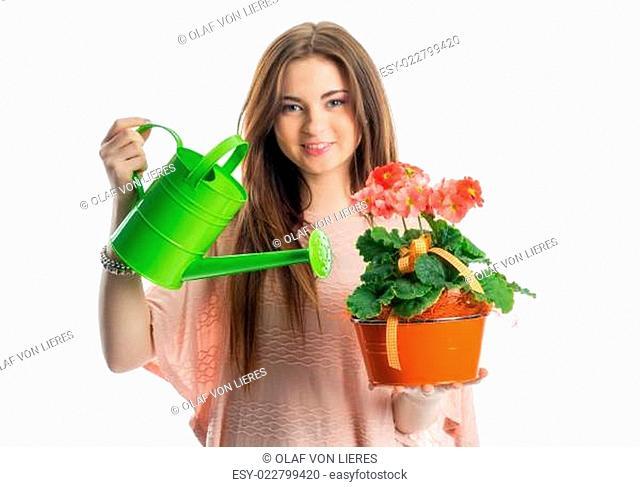 Mädchen mit Topfpflanze und Gießkanne