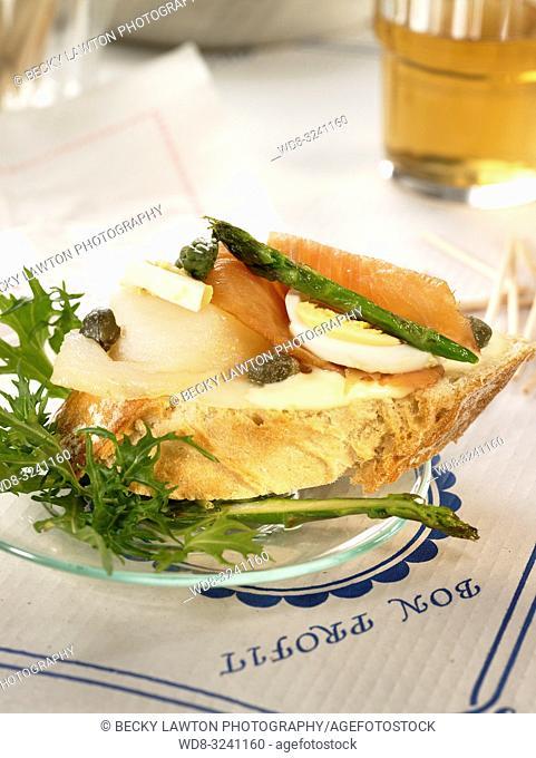 montadito de salmon y bacalao ahumado con esparragos verdes y mayonesa