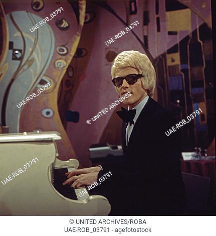Der deutsche Sänger Heino bei einem Auftritt in einer NDR Fernsehshow, Deutschland 1970er Jahre. German singer Heino performing at a German TV show