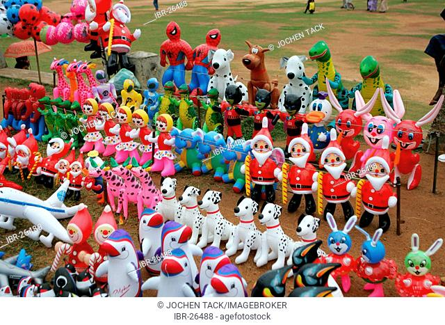 LKA, Sri Lanka : Capital Colombo, City center, GAlle Face Drive, Prommenade at the Indian Ocean. Sale of plastic toys