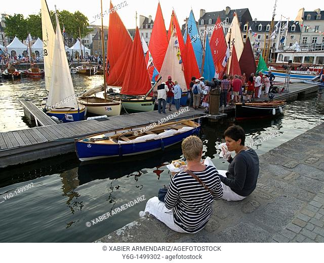Eating at the port of Vannes  Sea week festival, Bay of Morbihan, Brittany, France, Europe