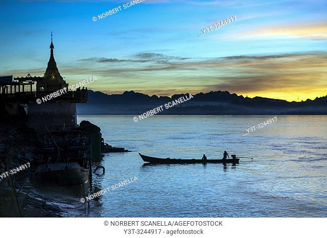 Myanmar (formerly Burma). Kayin State (Karen State). Hpa An. Shwe yin myaw pagoda at Thanlyin river at sunset