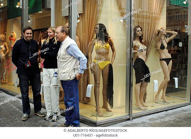 Shops and tourists in Grabenstrasse. Vienna. Austria