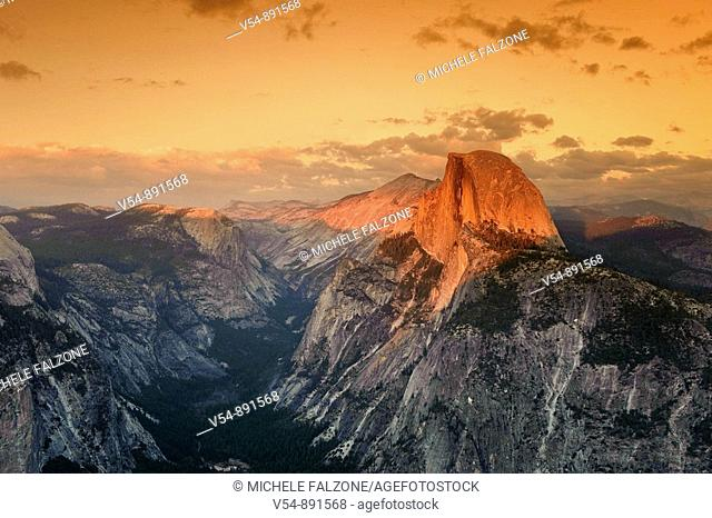 USA, California, Yosemite National Park, Glacier Point, view of Half Dome Mountain and Yosemite Valley