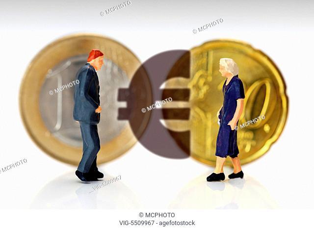 DEUTSCHLAND, HAMBURG, 25.03.2015, Miniaturfiguren von Mann und Frau vor Ein-Euro-Muenze und Zwanzig-Cent-Stueck, ungleiche Lohnverteilung - Hamburg, Germany