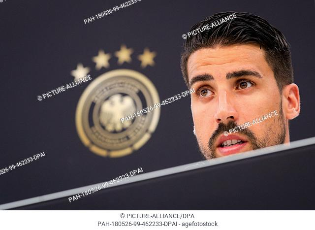 26 May 2018, Italy, Eppan: Sami Khedira attends a press conference after a training session of the German soccer team at the Sports Centre Rungg