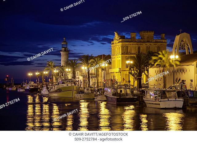 The lighthouse and north bank of La Grau du Roi at the mouth of the Canal du Rhone a Sete Canal, at twilight, Pont Tournant, La Grau du Roi