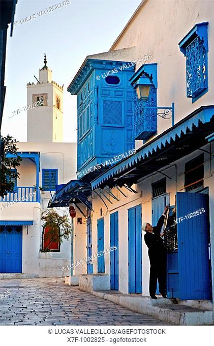 Tunez: Sidi Bou Said In background minaret of mosque main street