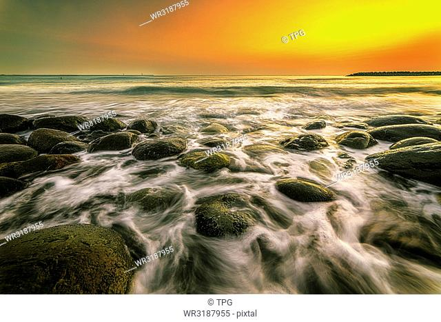 ocean riffle flows the roacks