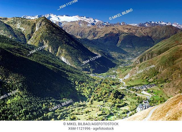 La Maladeta massif and Aran Valley from Baniblar  Pyrenees mountain range  Lerida province  Catalonia, Spain, Europe