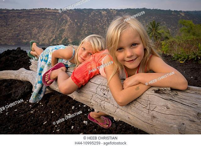 USA, Vereinigte Staaten, Amerika, Hawaii, Big Island, two young girls on lava rock beach, MR