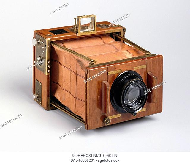 Ernemann Klapp Tropical, folding tropical 10x15 cm plate camera, 1905-1910, manufactured by H Ernemann Werke AG, teak, metal, brass and leather, Germany