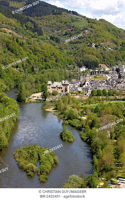 Entraygues sur Truyere, at the confluence of Lot river and Truyere river, Aveyron, Midi-Pyrénées, France, Europe