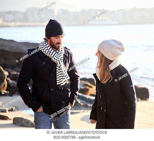 Couple on the beach, Santa Clara Island, La Concha Bay, Donostia, San Sebastian, Gipuzkoa, Basque Country, Spain, Europe, Winter