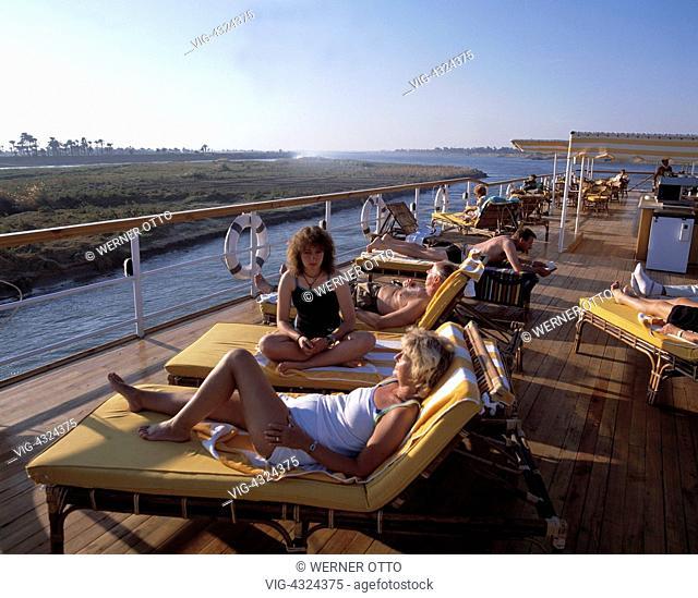 Aegypten, Nilkreuzfahrt, Touristen auf dem Sonnendeck, Sonnendeck, Sonnenbad, Egypt, Nile cruise, tourists on the sun deck, sun deck, sunbathe - , Egypt