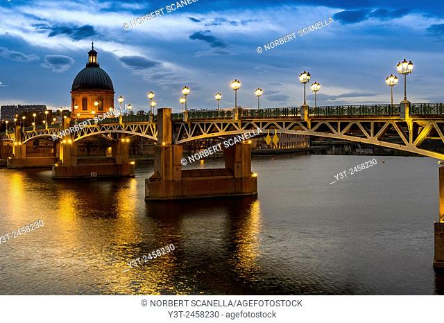 Europe, France, Midi-Pyrenees, Haute-Garonne, Toulouse. St-Pierre bridge and the dome of the Hopital de la Grave