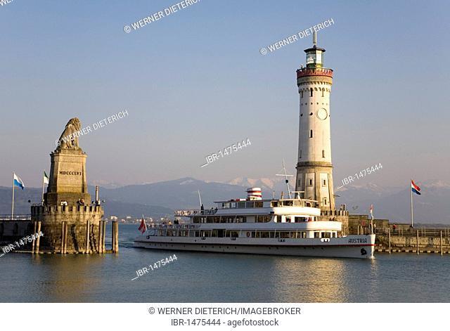 Ship Austria entering the harbor, harbor entrance, Bavarian lion, Neuer Lindauer Leuchtturm lighthouse, tour boat, Lindau, Lake Constance, Bavaria, Germany
