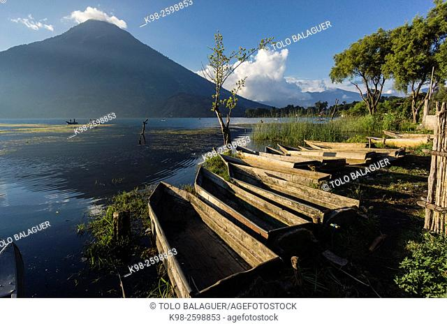 Guatemala, Santiago Atitlan, Cayuco in front of San Pedro volcano