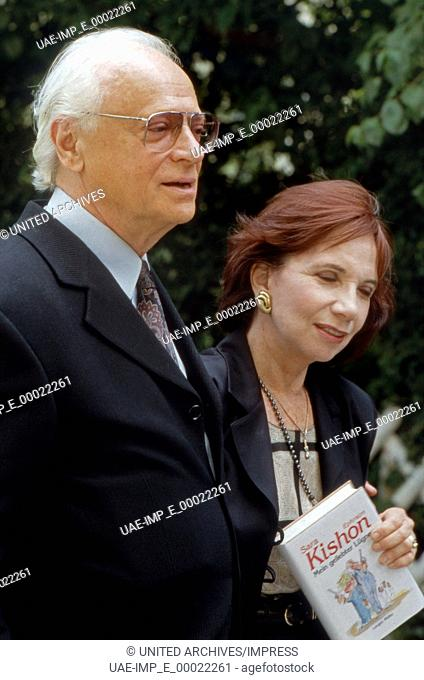 Der israelische Satiriker Ephraim Kishon mit Ehefrau Sara, Deutschland 1990 Jahre. Israeli satirist Ephraim Kishon and his wife Sara, Germany 1990s