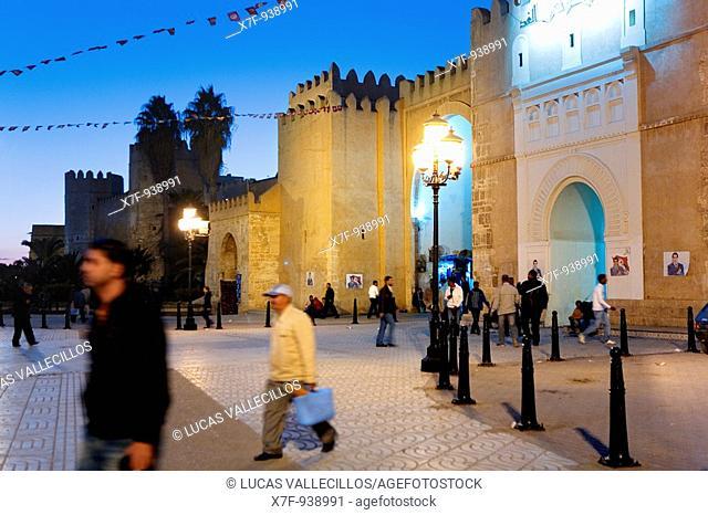 Tunez: Sfax  Walls of the medina  Bab Diwan the main gate to enter the medina