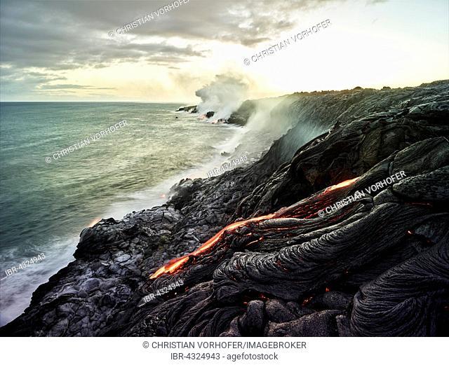 Pu?u ?O?o or Puu Oo volcano, eruption, lava, glowing hot lava flows, Hawai'i Volcanoes National Park, Hawaii, USA