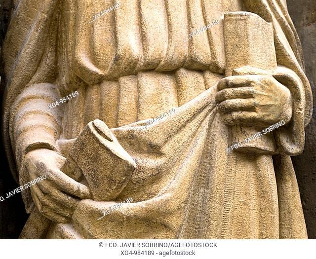 Detalle de la escultura del apóstol San Mateo con sus atributos (hacha y libro), en la portada de la iglesia de Santo Tomás en Haro, de estilo plateresco
