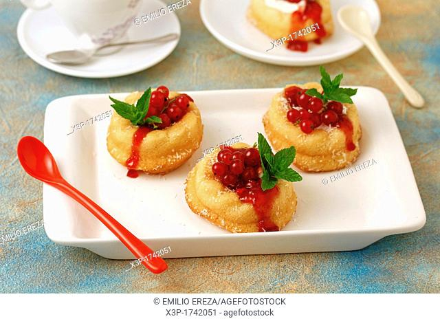 Little sponge cakes with cream and red currants