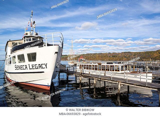 USA, New York, Finger Lakes Region, Watkins Glen, Seneca Lake tourboat