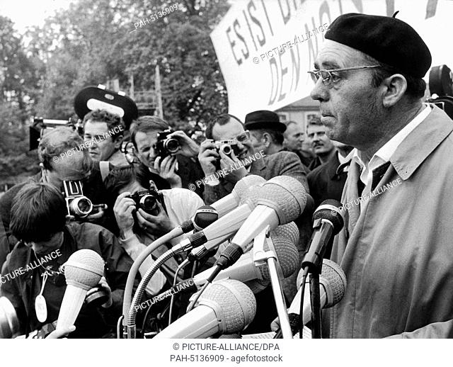 Writer Heirnich Böll speaks to the participants of a rally against the emergency laws on the 11th of May in 1968. - Bonn/Nordrhein-Westfalen/Germany