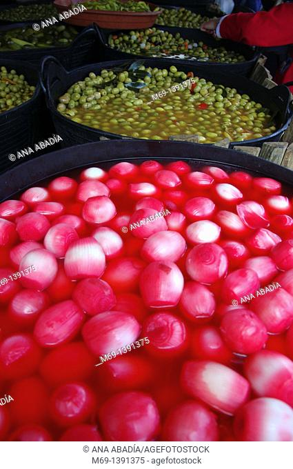 Sale of onions in vinegar and olives
